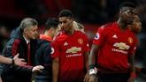 Manajer Manchester United Ole Gunnar Solskjaer memberikan memberi instruksi kepada Marcus Rashford di sela babak pertama melawan Bournemouth. (REUTERS/Phil Noble)