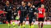 Gelandang Manchester City David Silva merayakan gol ke gawang Southampton bersama Bernardo Silva dan Riyad Mahrez. (Reuters/John Sibley)