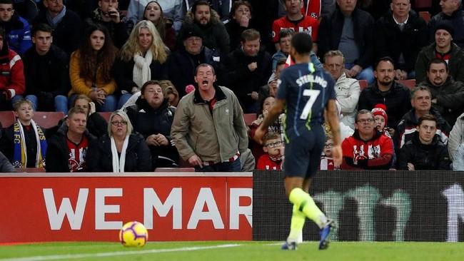 Raheem Sterling mendapat cemoohan dari suporter Southampton di Stadion St. Mary's. Skor 3-1 untuk Manchester City tidak berubah hingga akhir laga. (Reuters/John Sibley)