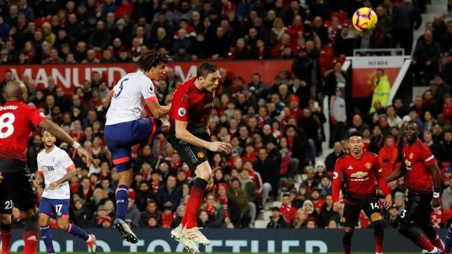 Nathan Ake sempat memperkecil kedudukan untuk Bournemouth di pengujung babak pertama setelah membobol gawang Manchester United melalui sundulan. (REUTERS/Phil Noble)