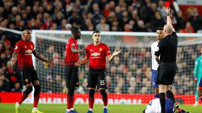 Kemenangan Manchester United tercoreng oleh kartu merah langsung yang didapat Eric Bailly pada menit ke-79 setelah melakukan tekel dua kaki terhadap Ryan Fraser. (REUTERS/Phil Noble)