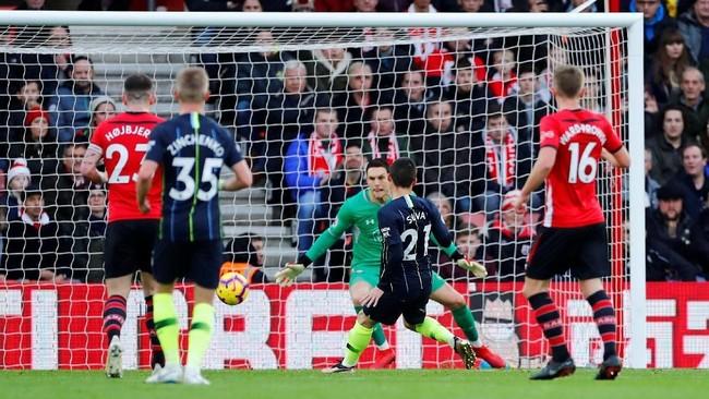 Manchester City mencetak gol pertama saat laga di Stadion St. Mary's berjalan sepuluh menit melalui David Silva yang meneruskan umpan tarik Bernardo Silva. (REUTERS/Eddie Keogh)