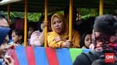 Warga menikmati permainan mobil kereta di Taman Margasatwa Ragunan, Jakarta Selatan, 1 Januari 2019. (CNN Indonesia/ Harvey Darian)