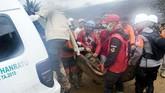 Pencarian puluhan korban hilang yang diduga tertimbun longsor terus dilakukan. Warga berharap keluarga mereka yang semula dilaporkan hilang bisa ditemukan dengan selamat. (ANTARA FOTO/M Agung Rajasa)