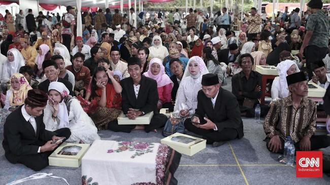 Sedangkan pasangan termuda di acara pernikahan massal kali ini yaitu Jimmy dan Rizka yang keduanya berusia 19 tahun.(CNN Indonesia/Andry Novelino)