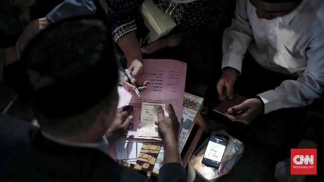Dalam nikah massal tersebut, masing-masing pasangan mendapat mahar sebesar Rp500 ribu.(CNN Indonesia/Andry Novelino)