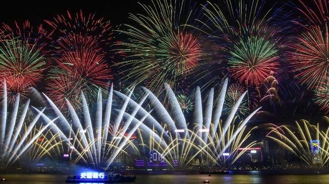 Pesta kembang api terlihat di Victoria Harbour, Hong Kong. (AFP/Anthony Wallace)