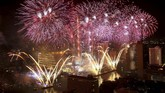 Kembang api menambah semarak pesta tahun baru di Sungai Chao Phraya, Bangkok, Thailand. (Reuters/Athit Perawongmetha)
