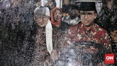 Gubernur DKI Jakarta Anies Baswedan hadir sebagai saksi dan AA Gymdidaulat sebagai pemberi nasihat pernikahandalam acara nikah massal. (CNN Indonesia/Andry Novelino)