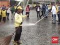 Truk Pemadam Kebakaran Dikerahkan Bersihkan Sampah Tahun Baru