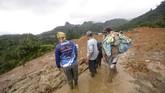Hingga Selasa (1/1) sore, korban tewas dilaporkan berjumlah 10 orang dan puluhan orang lainnya belum ditemukan.(AFP)