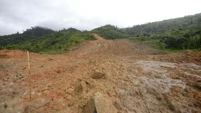 Longsor menimbun sekitar 30 rumah penduduk. Semula dikabarkan 2 orang tewas dan 41 orang lainnya hilang.(AFP)