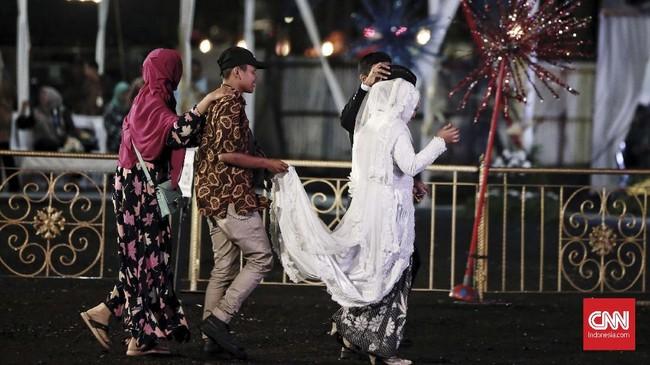 221 Pasangan menikah massal dan 336 pasangan mengikuti isbat nikah pada perayaan malam tahun baru 2019 di Park and Ride Thamrin, Senin (31/12). (CNN Indonesia/Andry Novelino)