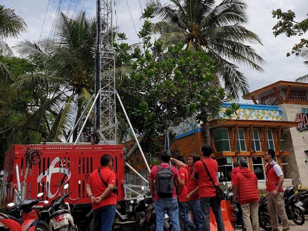 Telkomsel perkuat seluruh elemen jaringannya untuk mengantasipasi lonjakan trafik layanan pada Natal hingga Tahun Baru. Selain menyiagakan 88 unit compact mobile base station (Combat) atau mobile BTS, Telkomsel secara khusus membangun 776 base transceiver station (BTS) multi-band Long Term Evolution (LTE) baru dengan menyiapkan kapasitas bandwidth hingga 4,2 Tbps di seluruh Indonesia. Untuk melayani kebutuhan komunikasi pelanggan, secara keseluruhan Telkomsel melayani kebutuhan komunikasi pelanggan pada momen Natal dan Tahun Baru ini, Telkomsel telah menggelar lebih dari 184.000 BTS di seluruh Indonesia hingga penjuru Nusantara, serta lebih dari 51.000 eNode B (BTS 4G) di lebih dari 500 kota kabupaten. Foto: dok. Telkomsel