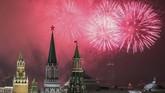 Kembang api di atas Kremlin, Moskow, Rusia. Di sini, setelah kembang api, biasanya diikuti dengan pemutaran lagu nasional.(Reuters/Shamil Zhumatov)