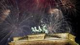 Perayaan tahun baru di Berlin, Jerman, di antaranya terpusat di patung Quadriga. (Reuters/Axel Schmidt)
