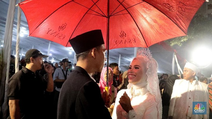 Acara pernikahan massal di Jln. M.H. Thamrin, Jakarta, Senin (31/12). Acara pernikahan massal ini merupakan rangkaian dari acara Malam pergantian Tahun Baru 2019. (CNBC Indonesia/Muhamad Sabki)