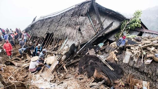 Tanah longsor melandaKampung Cimapag, Desa Sirnaresmi, Kecamatan Cisolok, Kabupaten Sukabumi, Jawa Baratbeberapa jamsebelum perayaan pergantian tahun. (ANTARA FOTO/M Agung Rajasa)