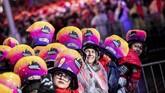 Times Square di New York, Manhattan, New York, dipenuhi pengunjung yang ingin menghitung mundur pergantian tahun sejak Senin (31/12) malam. (Reuters/Jeenah Moon)