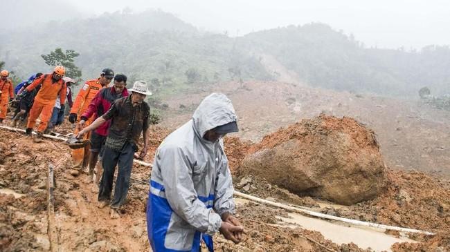 Alat berat butuh waktu untuk tiba di lokasi karena jalan yang sempit, medan berbukit-bukit, serta cuaca yang tidak mendukung. (ANTARA FOTO/M Agung Rajasa)