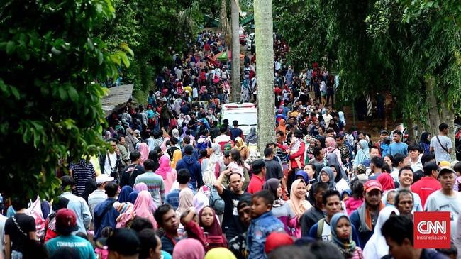 Suasana liburan tahun baru 2019 di Taman Margasatwa Ragunan (TMR), Jakarta, 1 Januari 2019. Kepala Satuan Pelaksana Promosi dan Pengembangan Usaha TMR, I Ketut Widarsana mengatakan setidaknya 100 ribu pengunjung mendatangi kebun binatang itu di hari libur Tahun Baru. (CNN Indonesia/ Harvey Darian)
