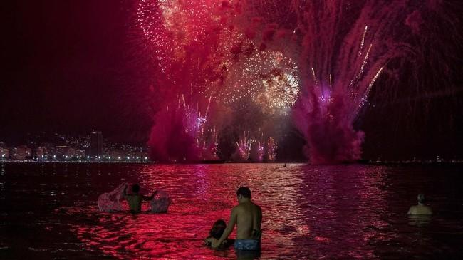 Sementara di Rio de Janeiro, Brasil, pusat perayaan tahun baru biasanya dilangsungkan di Pantai Copacabana. (AFP/Daniel Ramalho)