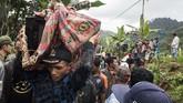 Puluhan kepala keluarga yang rumahnya tertimbun material longsor sementara mengungsi di tempat aman.(ANTARA FOTO/M Agung Rajasa)
