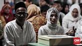 Pasangan S Mardianto (76) dan Satinah P (65) menjadi peserta tertua.Pernikahan kali ini menjadi yang ketiga bagi keduanya setelah pasangan masing-masing meninggal dunia.(CNN Indonesia/Andry Novelino)