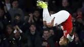 Pierre-Emerick Aubameyang merayakan gol ke gawang Fulham. Aubameyang kini berada di puncak daftar top skor Liga Primer Inggris dengan 14 gol. (REUTERS/Eddie Keogh)