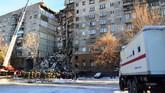 Upaya evakuasi korban yang tertimpa di dalam reruntuhan gedung akibat ledakan di salah satu apartemen di Rusia masih terus dilakukan pada Rabu (2/1), dua hari setelah insiden terjadi. (Russia's Ministry for Civil Defence, Emergencies and Elimination of Consequences of Natural Disasters/Handout via Reuters)