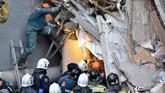 Hingga saat ini, petugas sudah mengevakuasi 18 jasad dari dalam reruntuhan, sementara 23 orang lainnya masih hilang. (Russia's Ministry for Civil Defence, Emergencies and Elimination of Consequences of Natural Disasters/Handout via Reuters)