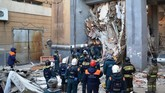 Selain korban tewas, petugas juga berhasil menyelamatkan satu bayi dalam keadaan hidup pada Selasa, setelah menghabiskan 35 ham di dalam reruntuhan. (Russia's Ministry for Civil Defence, Emergencies and Elimination of Consequences of Natural Disasters/Handout via Reuters)