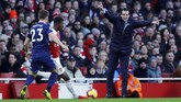 Manajer Arsenal Unai Emery memberikan instruksi dari pinggir lapangan saat pemain Arsenal Ainsley Maitland-Niles berebut bola dengan pemain Fulham Joe Bryan. (REUTERS/Eddie Keogh)