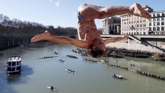 Tak hanya laut, seorang warga di Italia juga memanfaatkan Sungai Tiber untuk merayakan 'ritual' ini (REUTERS/Alessandro Bianchi)