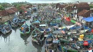 VIDEO: Gelombang Tinggi di Jepara, Nelayan Berhenti Melaut