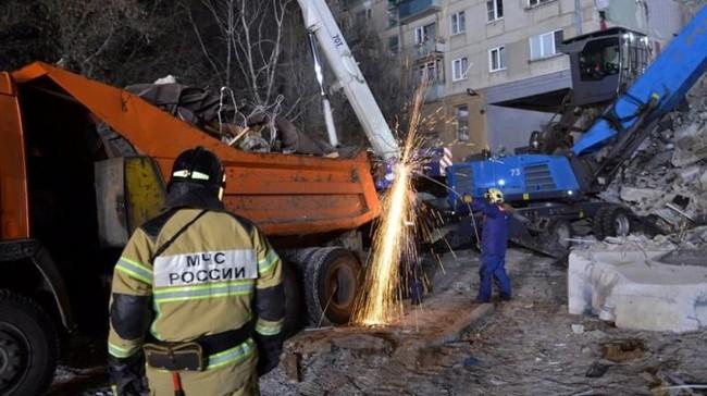 Ledakan tersebut diduga terjadi akibat kebocoran gas yang akhirnya merusak 48 unit apartemen di gedung sepuluh lantai di Magnitogorsk tersebut. (Russia's Ministry for Civil Defence, Emergencies and Elimination of Consequences of Natural Disasters/Handout via Reuters)