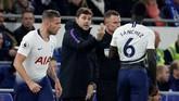 Manajer Tottenham Hotspur Mauricio Pochettino memberikan instruksi kepada Davinson Sanchez dan Toby Alderweireld. Skor 3-0 untuk Tottenham bertahan hingga akhir babak pertama. (Reuters/Matthew Childs)