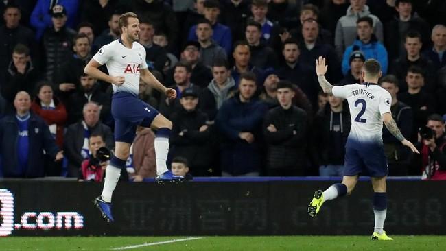 Tottenham Hotspur sudah unggul lewat gol Harry Kane pada menit ketiga setelah memanfaatkan kesalahan lini pertahanan Cardiff City. (Reuters/Matthew Childs)