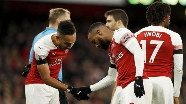 Alexandre Lacazette merayakan gol bersama Pierre-Emerick Aubameyang usai mencetak gol kedua Arsenal ke gawang Fulham. (Reuters/John Sibley)