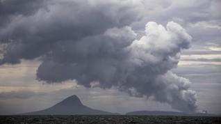 Letusan Krakatau 2018 Kotori Laut dengan Bebatuan 90 Meter