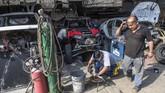 Down Syndrome pada manusia dapat mempengaruhi intelektual dan perkembangan motoris, meski begitu seseorang yang mengidap bisa terus hidup. Jacques, 55 tahun, sudah pernah lima kali finis Rally Dakar, mengatakan tidak masalah mengajak anaknya menjadi co-pilot. (Photo by ERNESTO BENAVIDES / AFP)