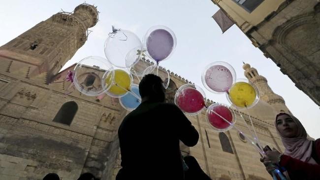 Para penduduk Mesir menyiapkan diri untuk merayakan Natal di area ramai wisatawan yang bernama