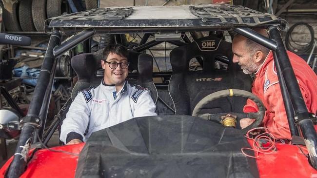 Lucas Baron bakal menjadi penyandang Down Syndrome pertama yang berpartisipasi dalam Rally Dakar 2019 start di Peru pada Minggu (6/1). (Photo by ERNESTO BENAVIDES / AFP)