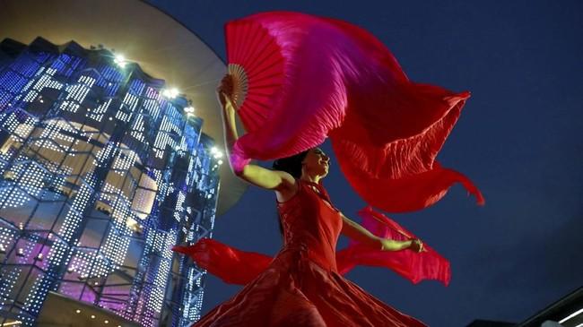 Seorang seniman tampil di pusat perbelanjaan ketika digelar festival Tahun Baru di Bangkok, Thailand. (REUTERS/Soe Zeya Tun)