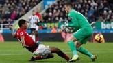 Newcastle yang membutuhkan poin untuk menjauh dari zona degradasi mampu menahan imbang Manchester United pada babak pertama. (Action Images via Reuters/Lee Smith)