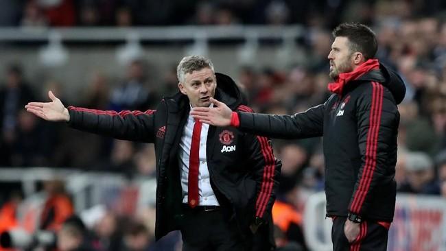 Ole Gunnar Solskjaer dan Michael Carrick berdiskusi di sisi lapangan sembari memberi instruksi kepada para pemain Manchester United. (REUTERS/Scott Heppell)