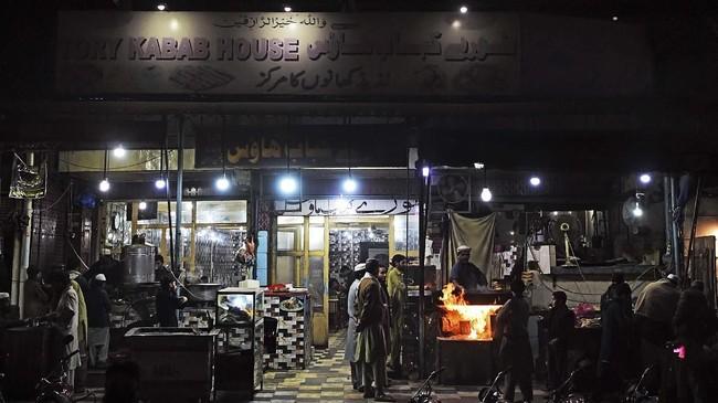 Sebuah kota perbatasan di Pakistan, Peshawar, mempertahankan reputasinya sebagai tempat terbaik untuk mendapatkan sajian barbeku di tengah perang berdarah yang melanda negara tersebut. (Photo by ABDUL MAJEED/AFP)