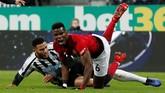 Jamaal Lascelles mengawal Paul Pogba yang tampil cukup apik dalam tiga laga terakhir termasuk dengan mencetak empat gol dan tiga assist untuk Manchester United.(Action Images via Reuters/Lee Smith)