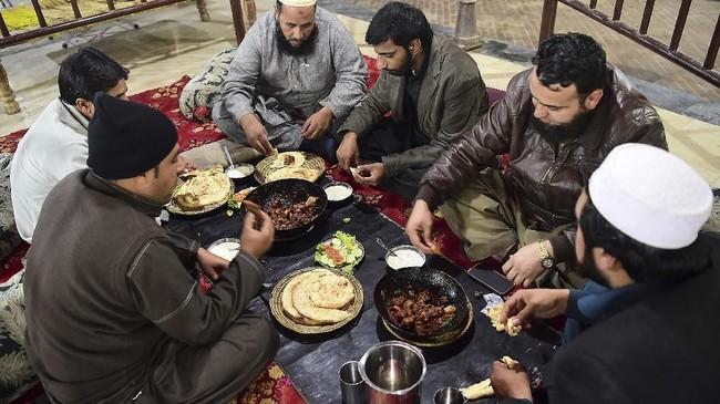 Tak seperti kota-kota lain di Pakistan yang memiliki lebih banyak alternatif hiburan, di Peshawar yang sangat konservatif, makan di luar adalah kegiatan rekreasi utama.
