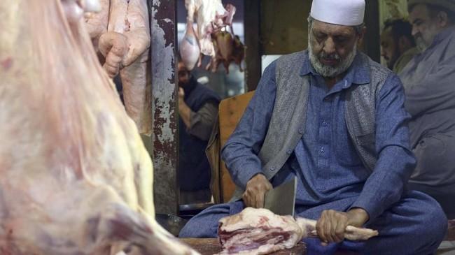 Namun, keamanan di kota kuno itu beranjak membaik dalam beberapa tahun terakhir. Keamanan Peshawar yang baik mendorong bisnis kulinernya terus berkembang.(Photo by ABDUL MAJEED / AFP)